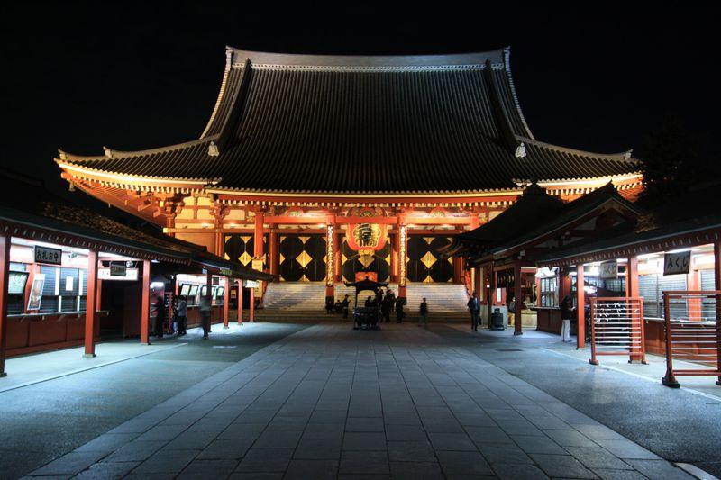 夜の浅草寺、幻想的なライトアップ