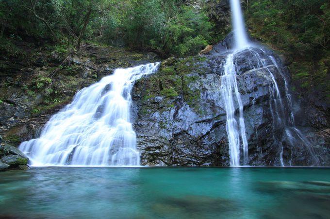 渓谷のシンボルである飛龍の滝の姿