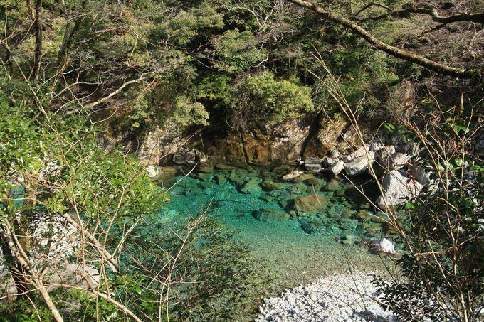 渓谷に到着したら上から川の色を見てみましょう