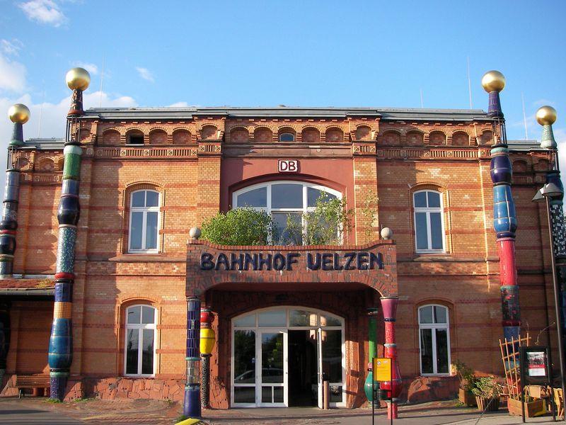 入口からホームまでアート!ドイツの変わった駅舎「ユルツェン」