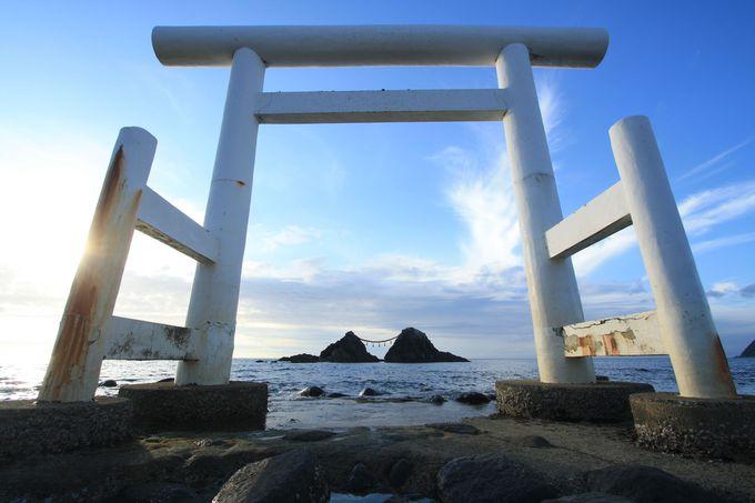 桜井二見ヶ浦、海岸に立つ鳥居