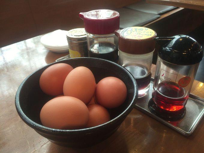 無料で食べ放題!席には卵の山が用意されています
