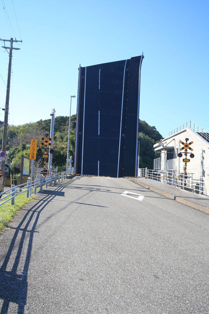 道路が…刺さってる!?高知「手結港」にそびえ立つ不思議な道路とは