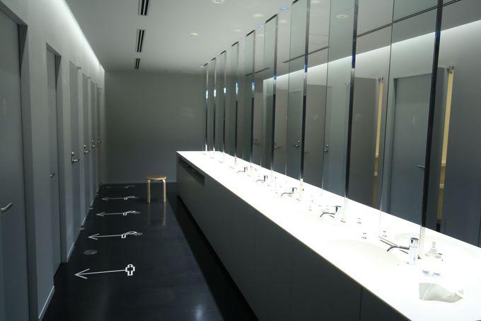 シャワールームや洗面台もシンプルに統一