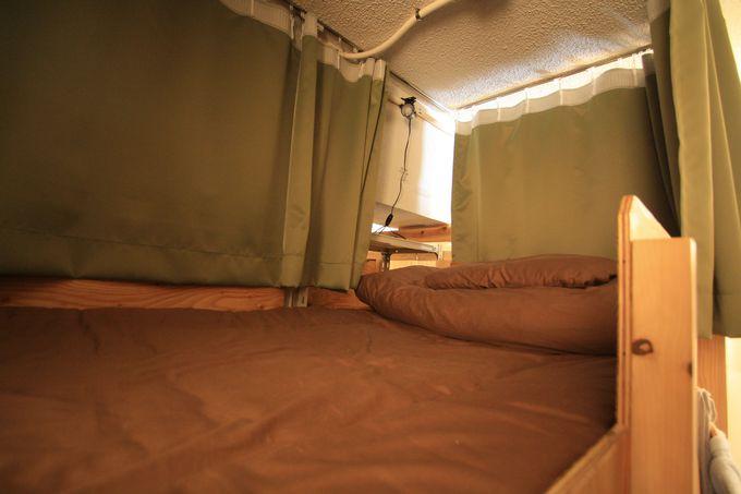 暖簾で仕切られたベッドルーム