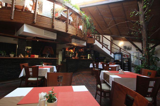 朝食会場は開放的なレストラン