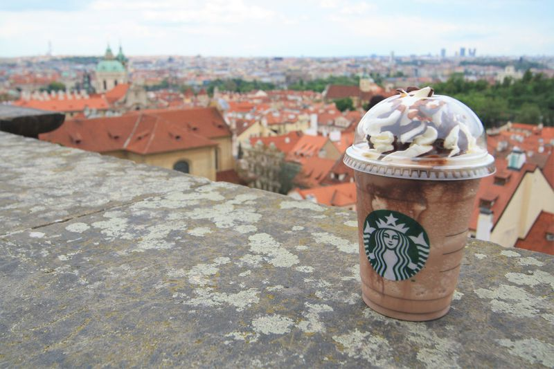 プラハ城に絶景スタバ!世界遺産の街並みを見ながら贅沢カフェタイムを