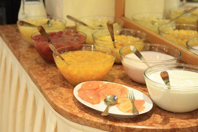 魅力的なロビーバーと朝食
