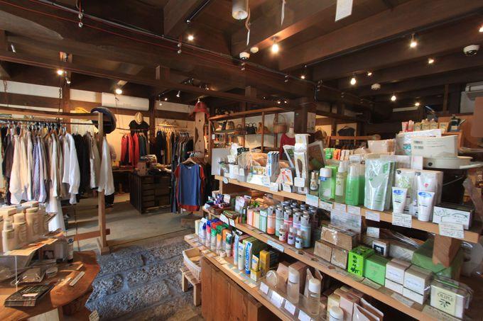西館では衣類や日常雑貨の取り扱いが
