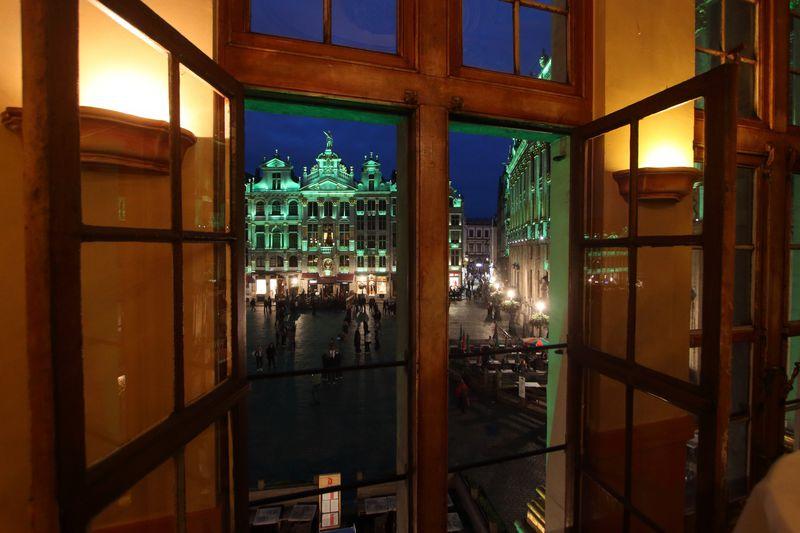 ベルギーが誇る広場グランプラスでの食事は「Rose Blanche」で