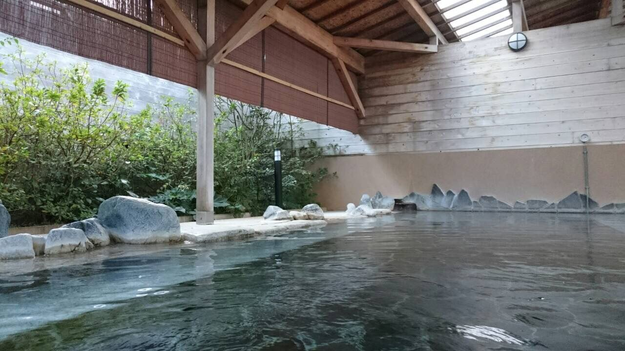自家源泉の温泉は内風呂も露天もお肌つるっつるに!