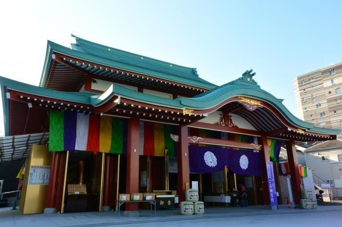 極彩色が眩い新本堂、仏教グッズも多数揃えています