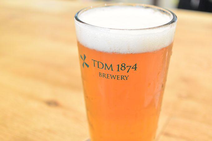 金色に輝くサーバーから注がれる5種類のビール。注ぎ方にも店のこだわりが。