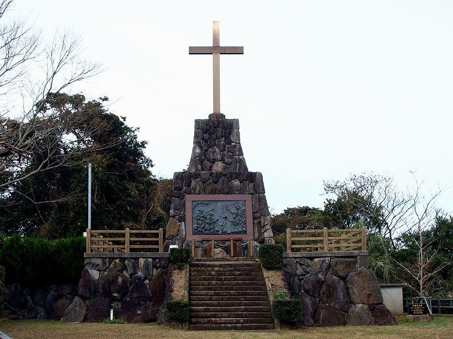 南部の集落・山田免の中腹にある大きな十字架の史跡とガスパル様の墓碑