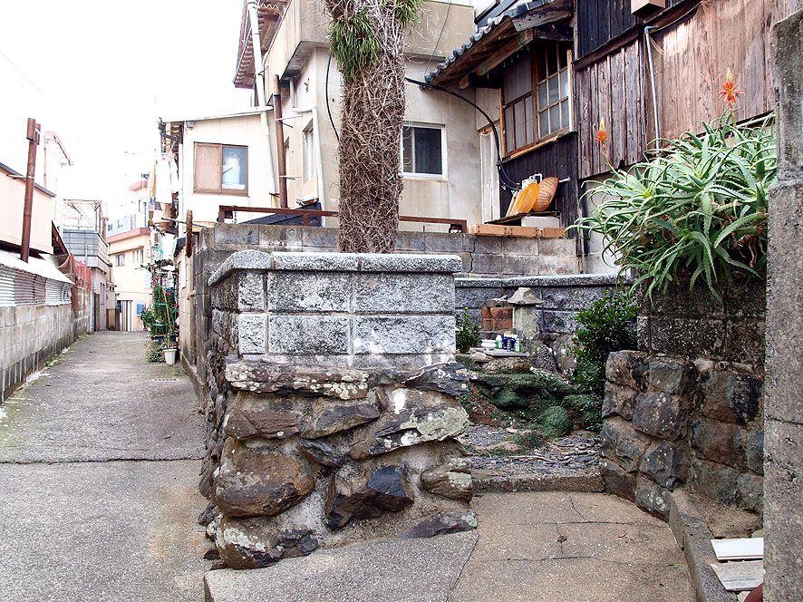 港町の一角に静かに佇む殉教の史跡「八体様」の祠