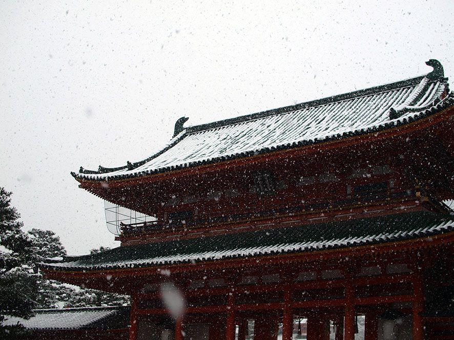 雪に映える朱色の建造物と広々とした境内、そして大鳥居が印象的な「平安神宮」からスタート