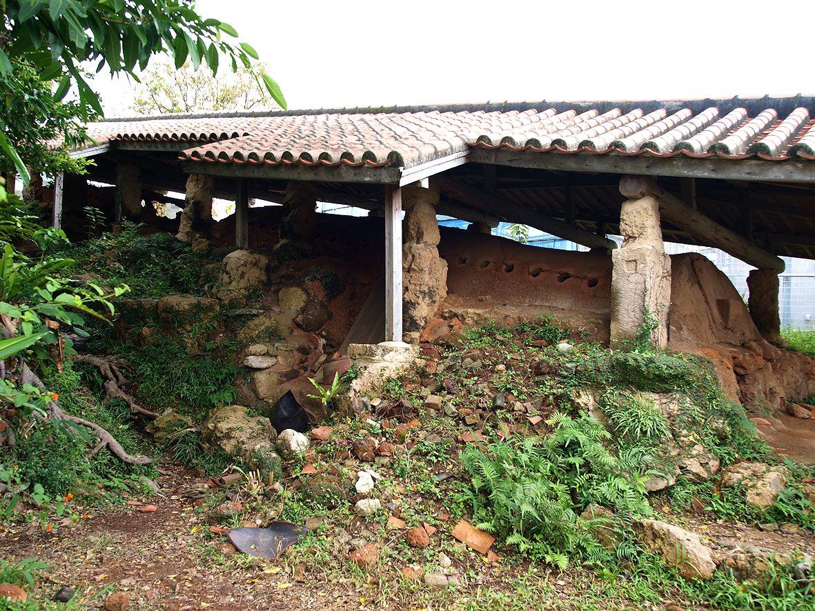 石塀が続く路地の奥には14もの窯元が点在