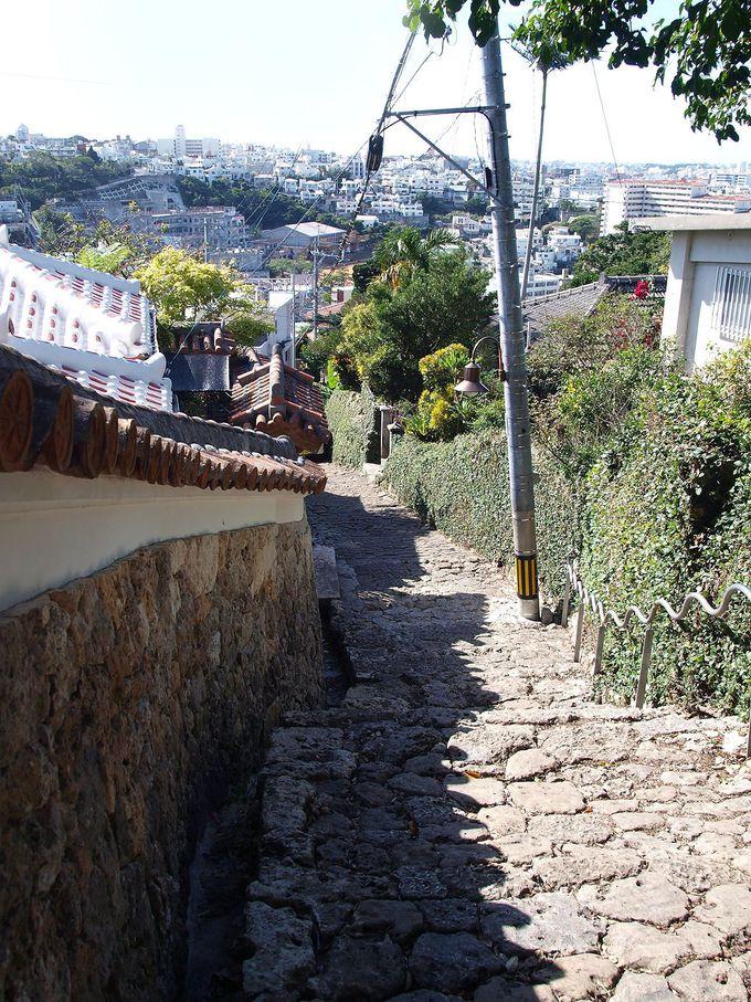 赤瓦の古民家が建ち並ぶ風情ある坂道「金城町石畳道」