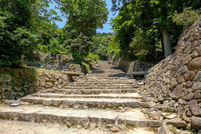 織田信長の夢の跡、滋賀県琵琶湖畔の山上に残る「安土城跡」