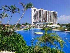 大きなプールと洗練された部屋デザイン「オキナワマリオットリゾート&スパ」