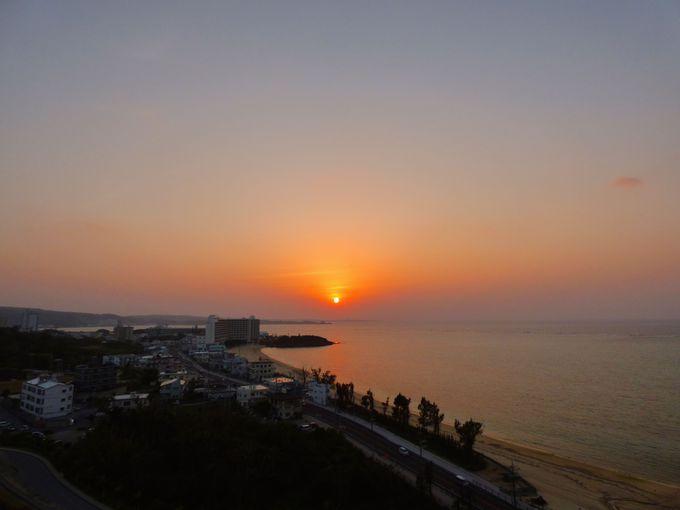 部屋のベランダからは沖縄の夕陽が見えてロマンチックな時を過ごせる