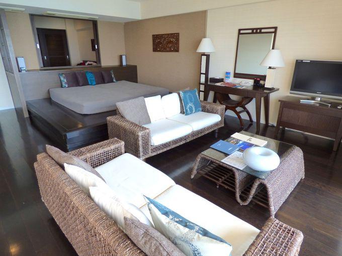 広いリビングスペースにはデイベッドもあり、大きな籐のソファはアジアンテイスト