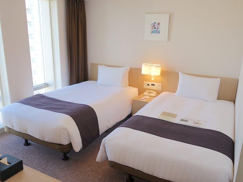 ホテルの部屋はシックな雰囲気!窓からは軍港が望める
