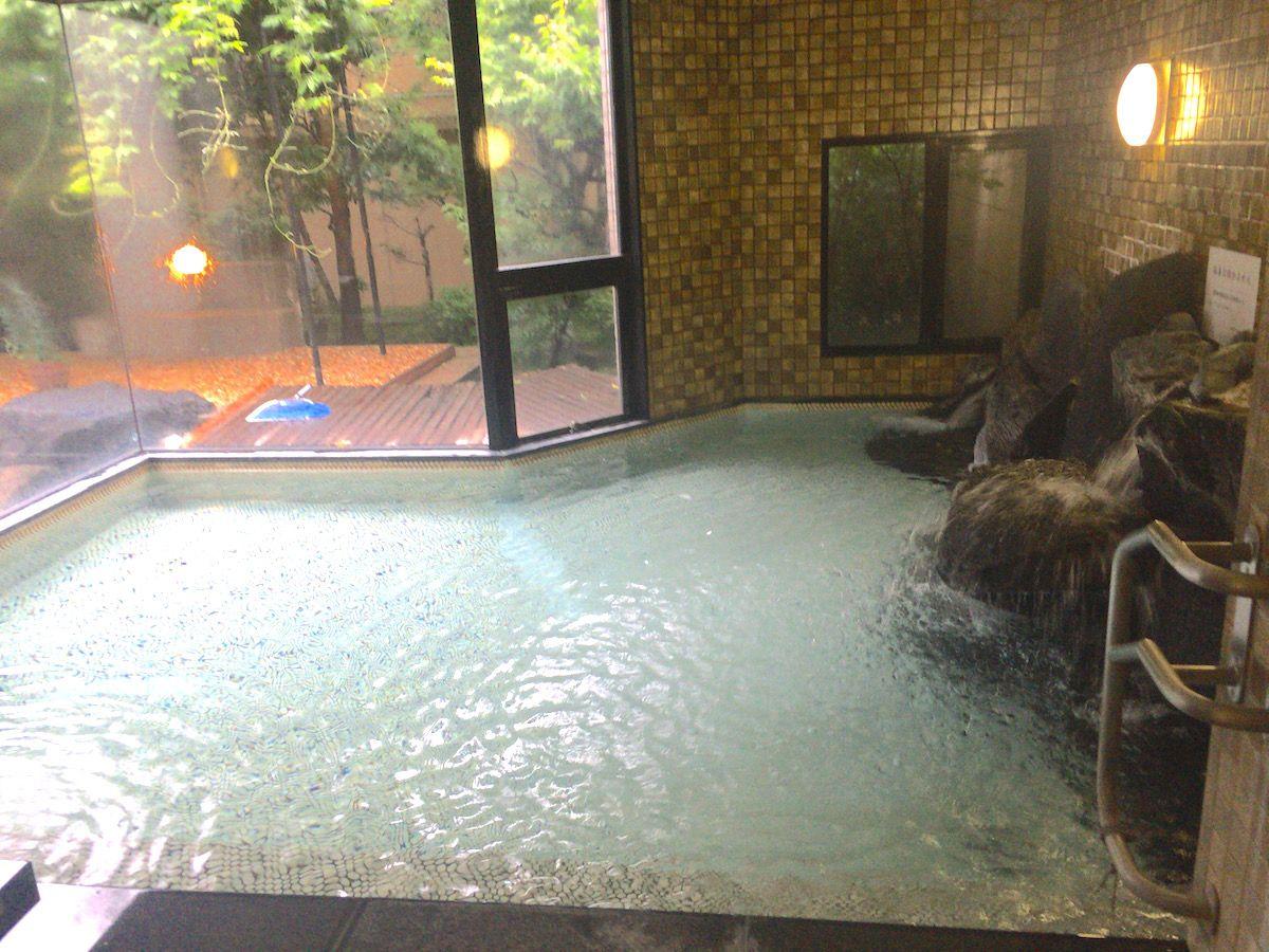磐梯熱海の温泉はとろりとしたアルカリ性単純泉、「四季彩一力」は源泉も保有