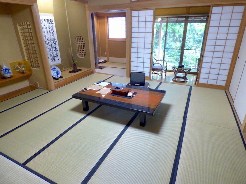 部屋は茶室がある和室で、ビールとミネラルウォーターは無料