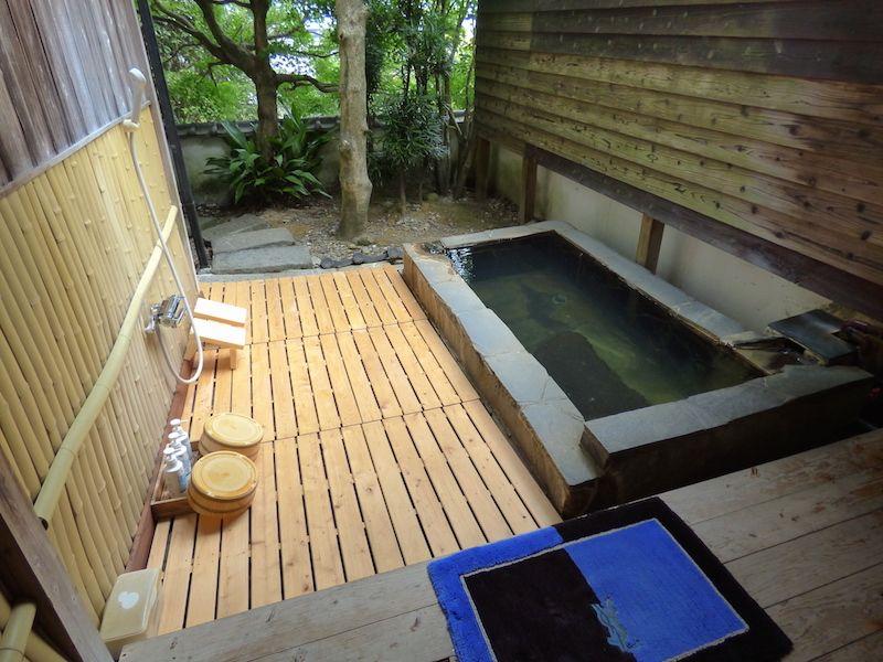 部屋の露天風呂は深めで肩までしっかり温まる源泉掛け流し