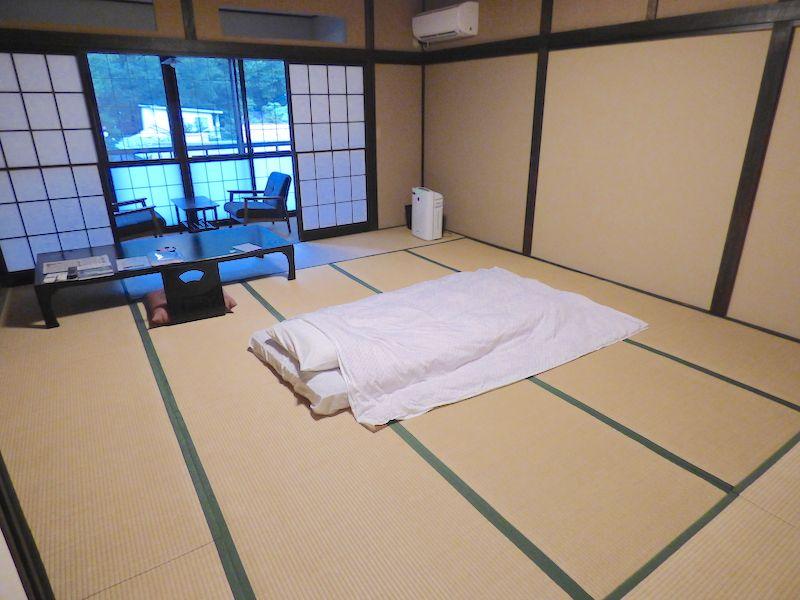 純和風の部屋は手入れが行き届き、木の香りがほっとする空間