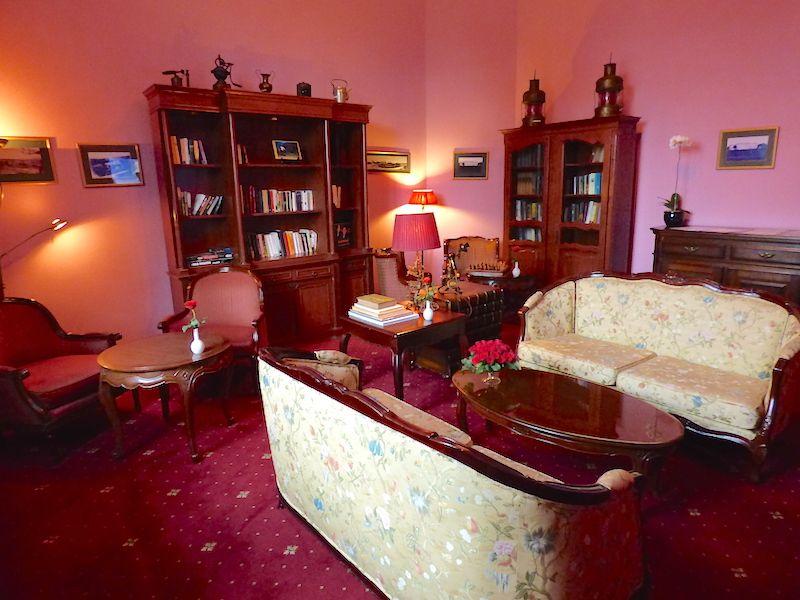 ホテルのライブラリールームは大人の社交場的存在で、一見の価値あり