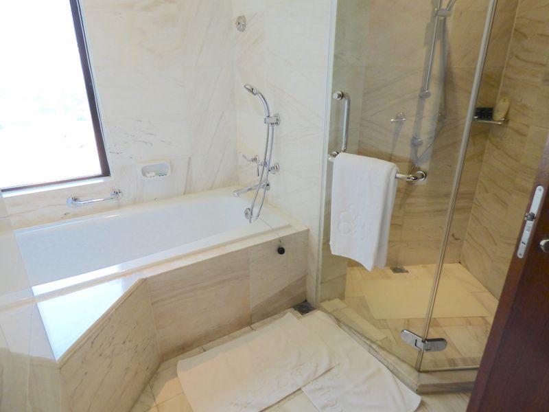 バスルームは独立したシャワールームにゆったりしたバスタブ