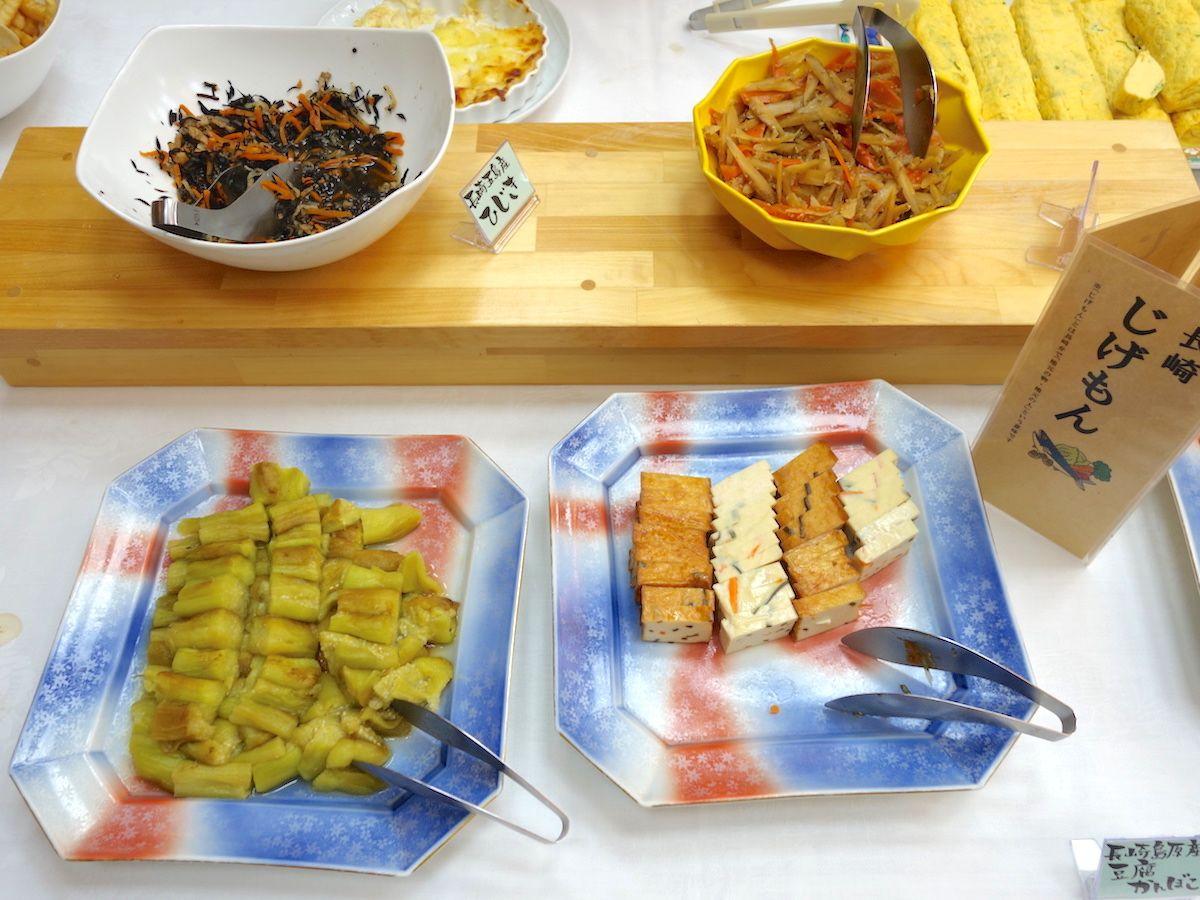 朝食は地元の郷土料理を取り入れたブッフェで