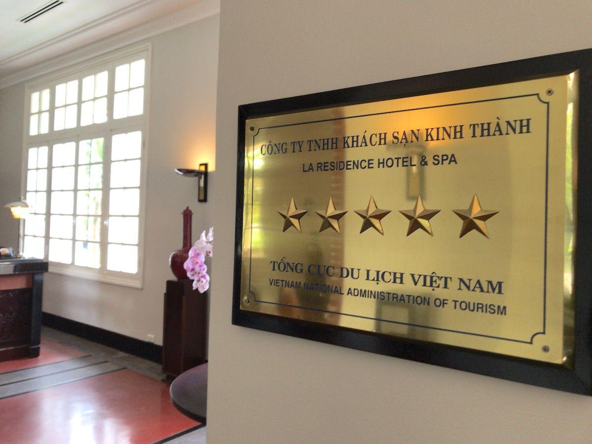 世界遺産があるベトナムフエのコロニアルホテルは玄関から