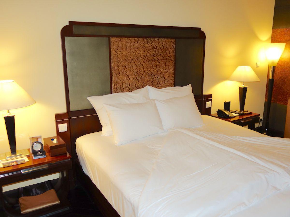 部屋はコロニアル建築にあった内装と重厚感のある家具や調度品が特長