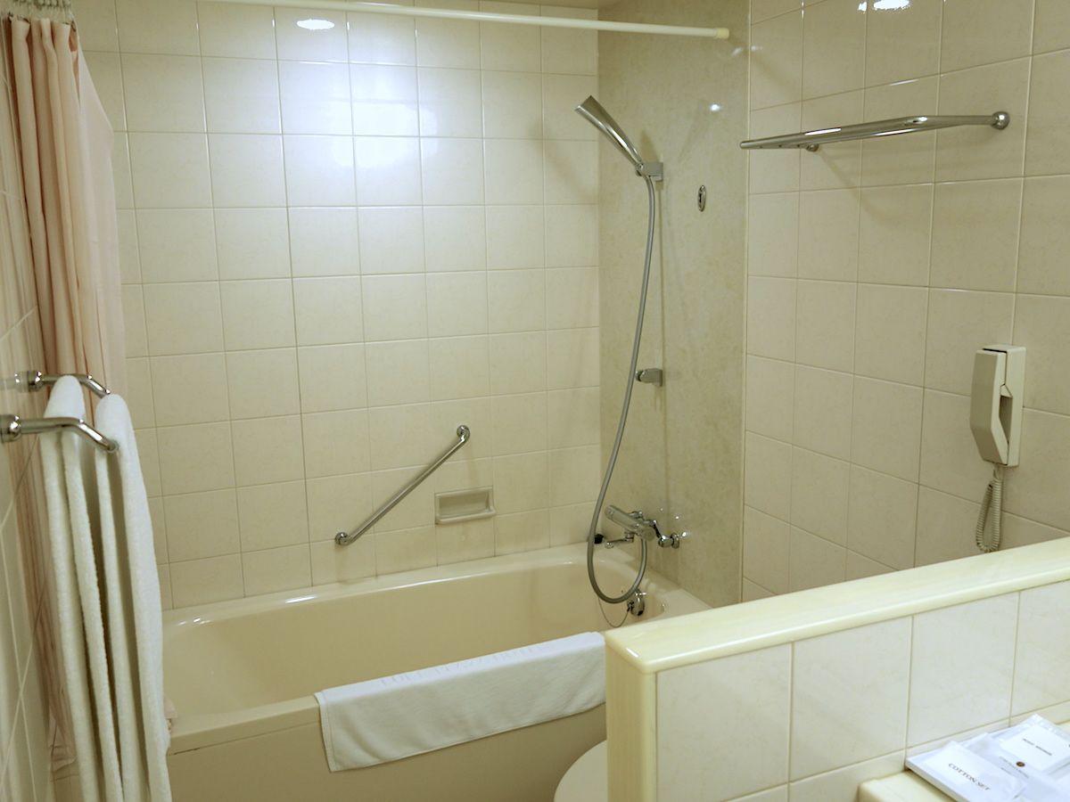 バスルームは広くシンプル
