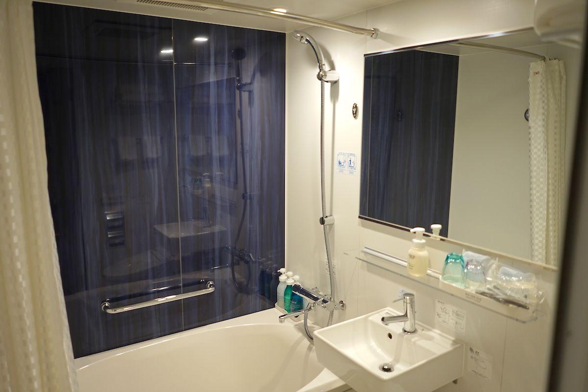 バスルームはとても清潔、シャワーカーテンがオシャレ柄