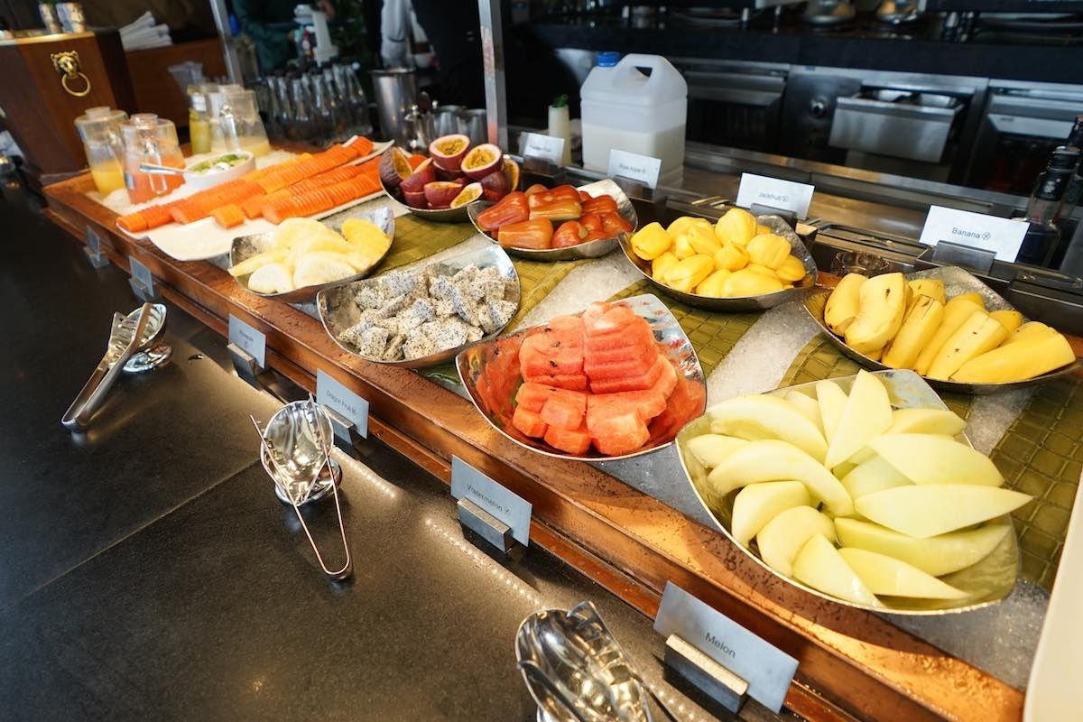 高級ホテルの朝食ブッフェは朝からローストビーフとスパークリングワイン