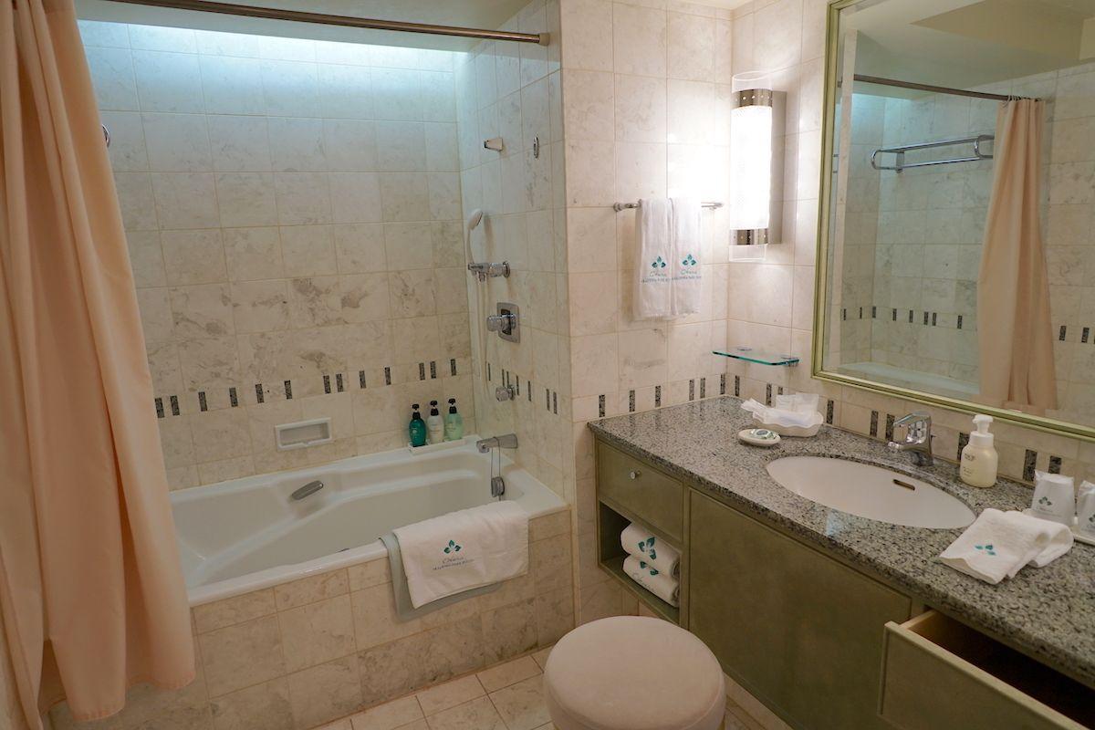 「オークラアカデミアパークホテル」のバスルームは大理石張りのオークラ仕様