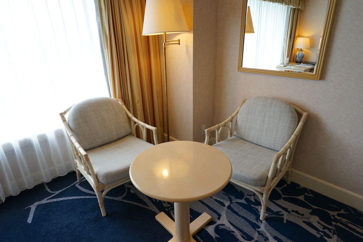 客室は海をイメージしたブルー基調の落ち着く空間