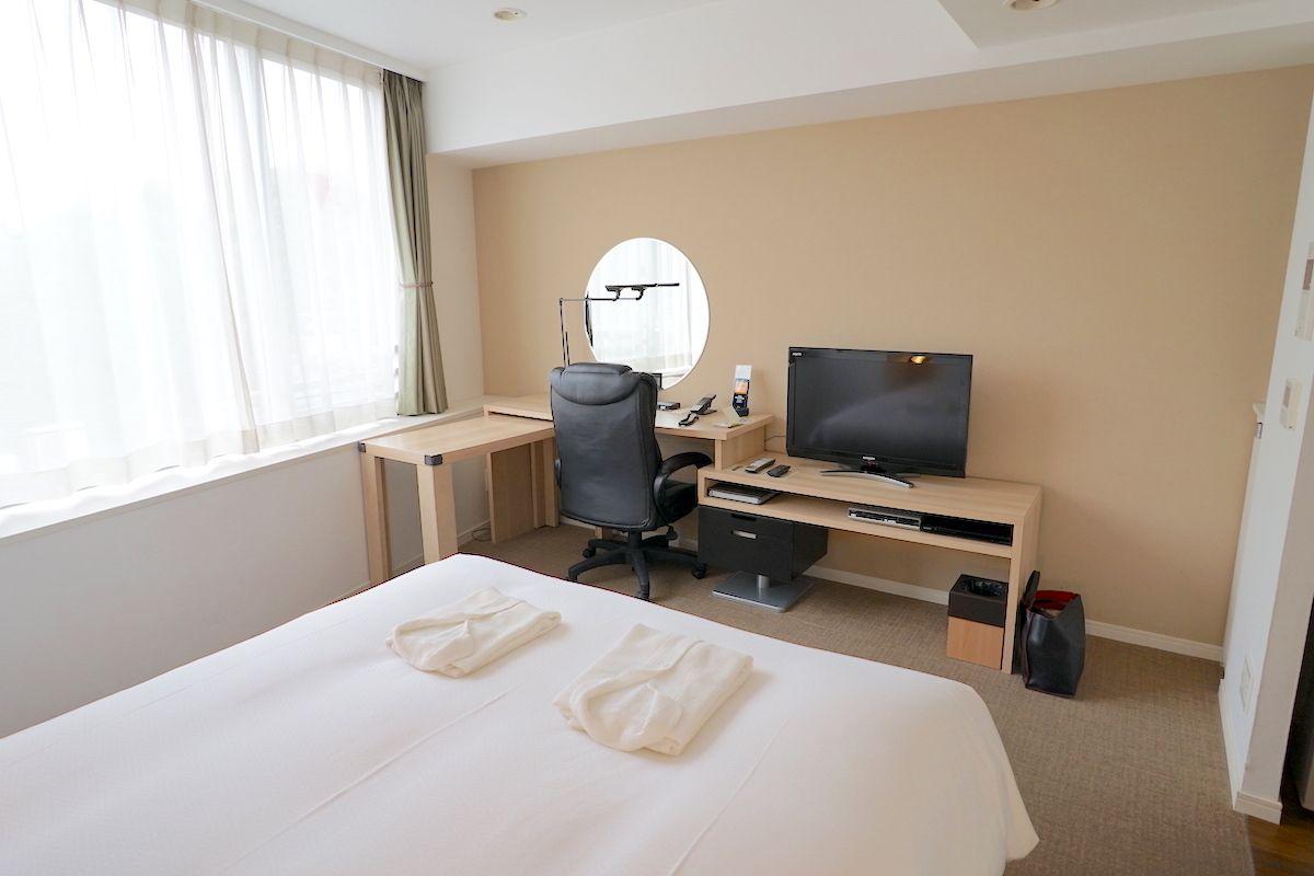白基調の部屋と大きなデスクが使いやすさのポイント