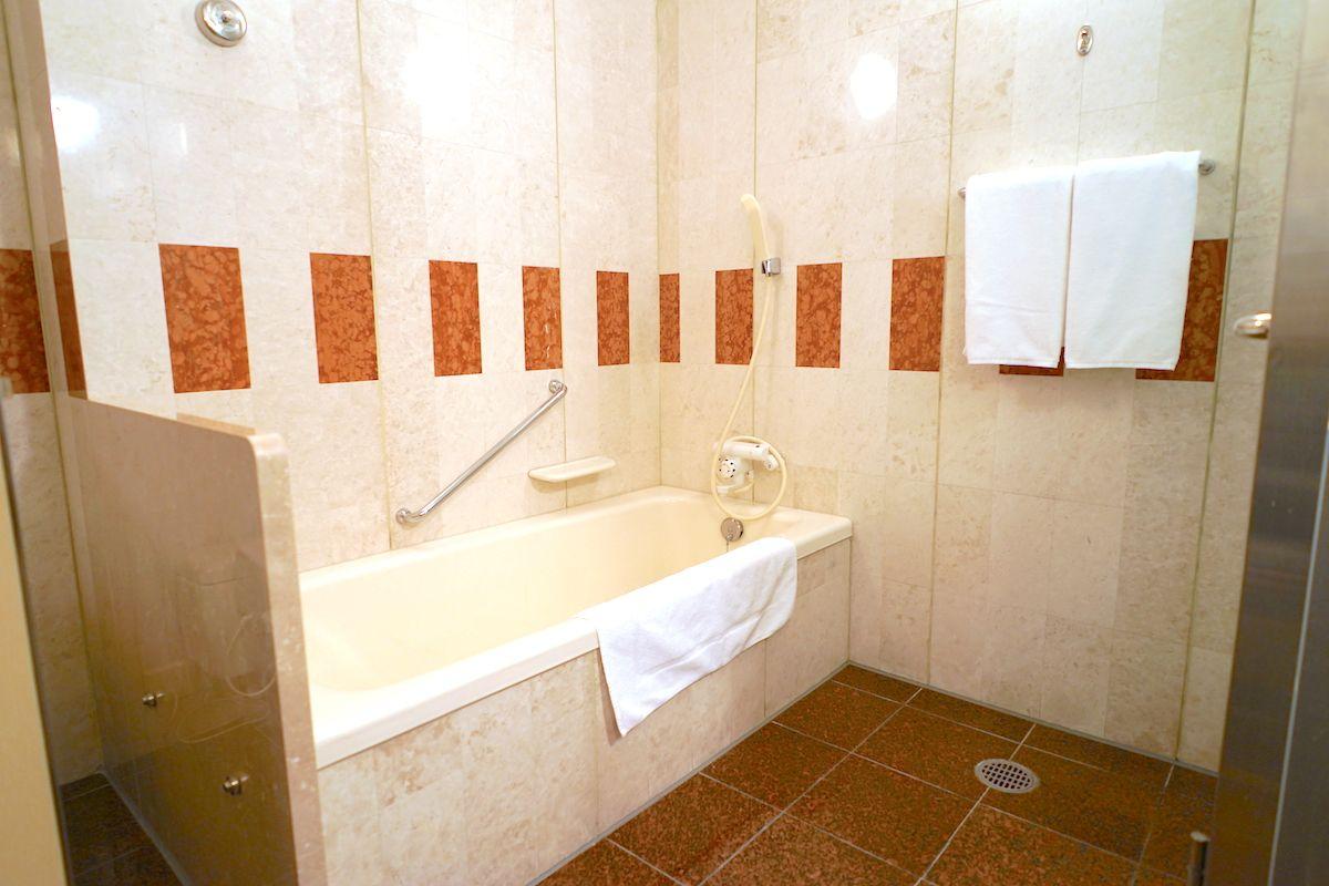 バスルームはバスタブが大きくて豪華!