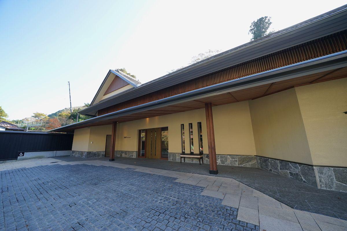 吉奈川沿いにある老舗の和リゾート「東府や」
