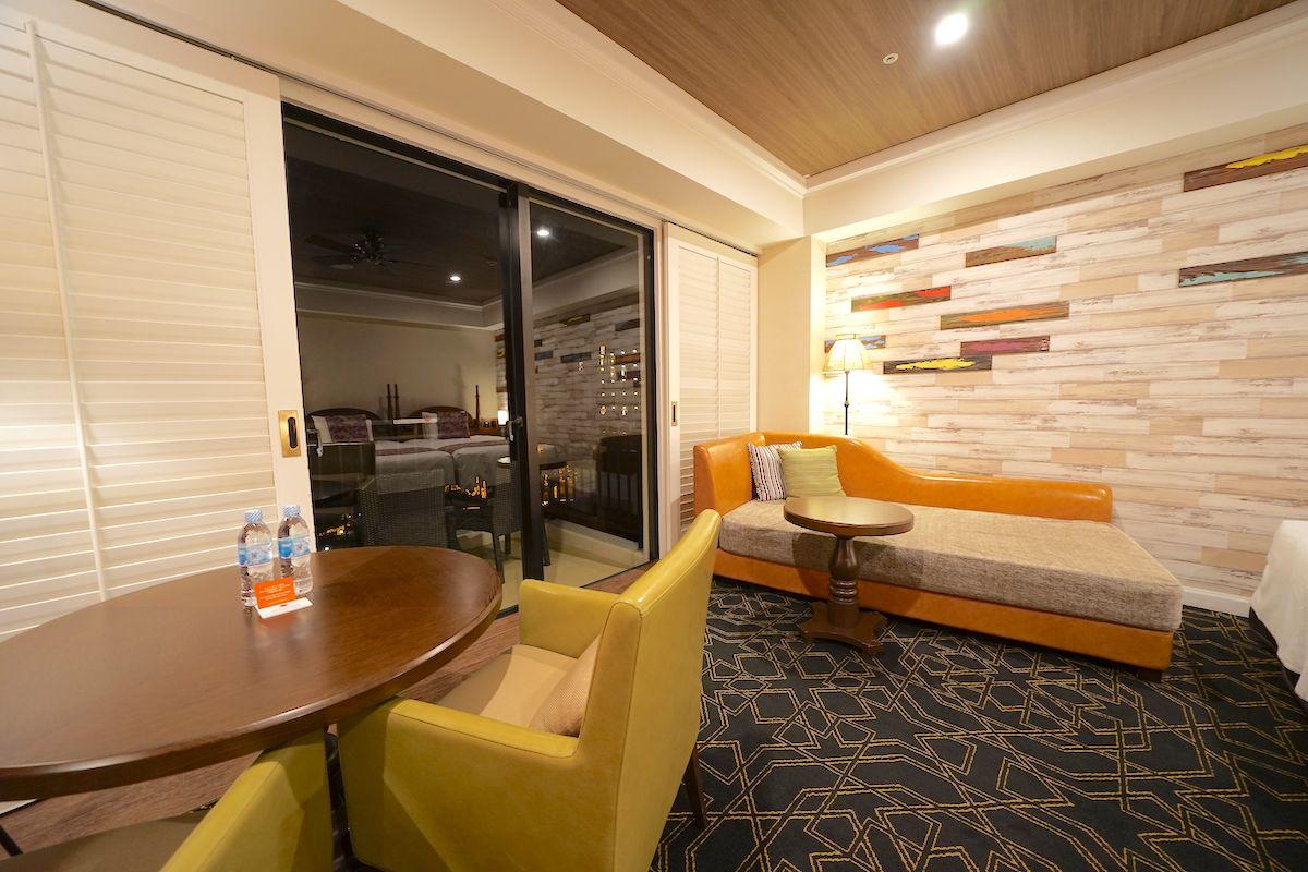 落ち着いた中に、豊かな色彩が楽しいリゾート部屋!