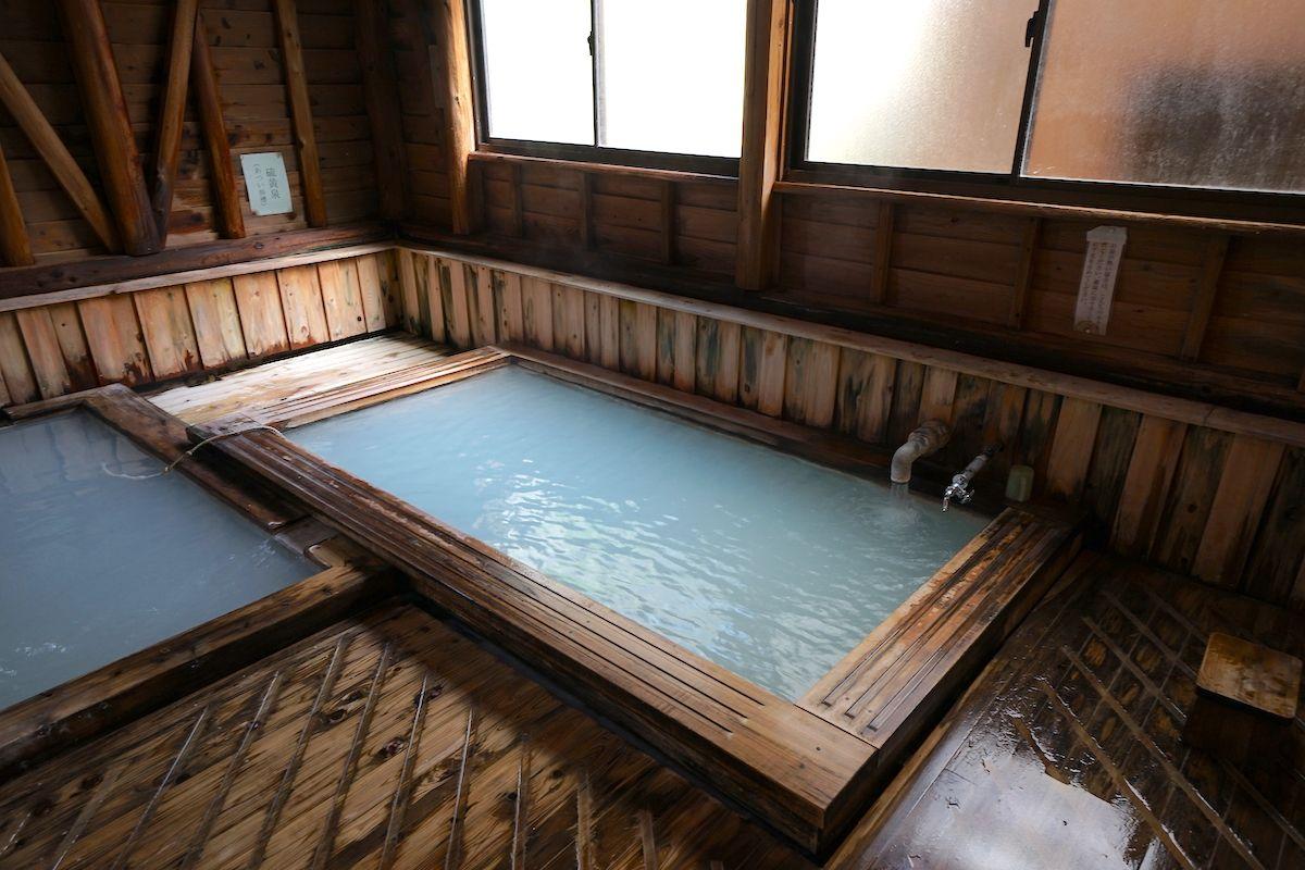 男女の湯船は硫黄泉と炭酸泉