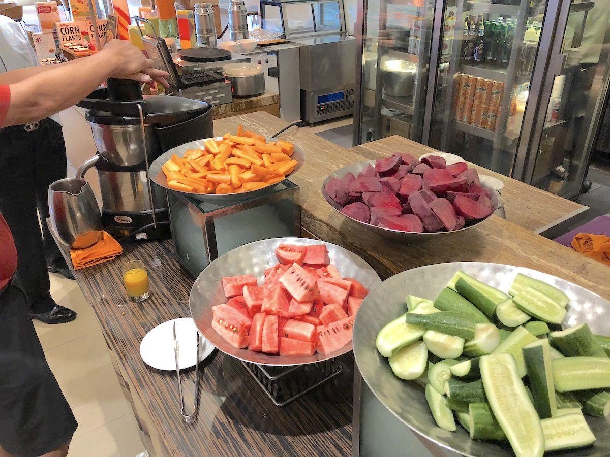 朝食は地元産の野菜とフルーツがおすすめ!