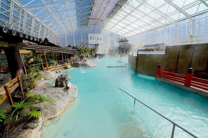 湯量豊富の大浴場はプールのように広く迫力満点!