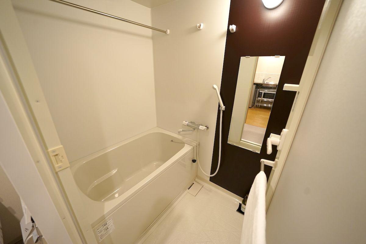 バスルームは洗い場付きタイプでゆったりサイズ