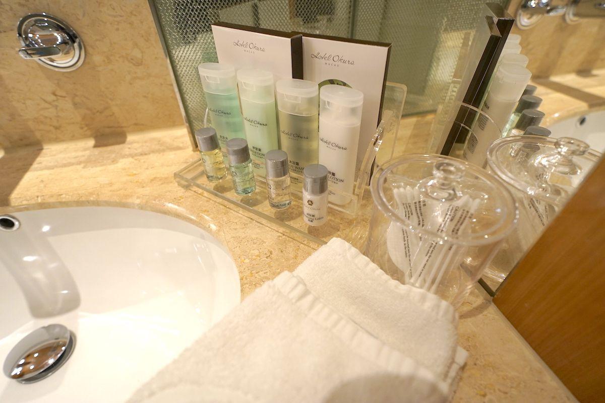 バスルームは広々!洗面台のシンクは2つで快適!